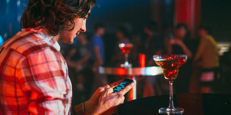 800x400-guy-texting-at-a-bar.jpg