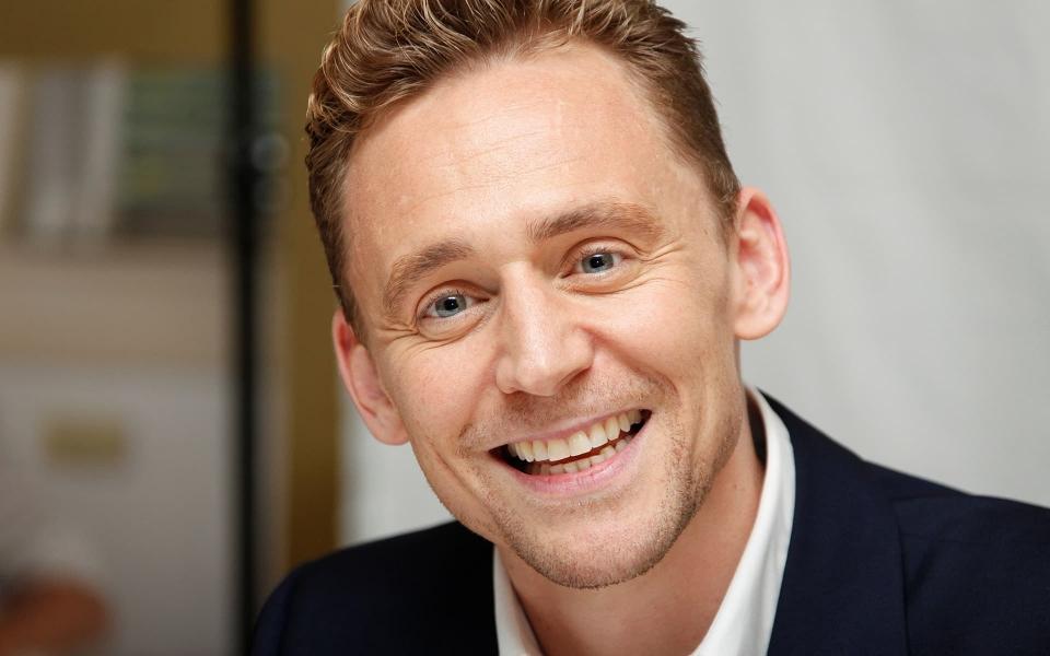 wallpaper-tom-hiddleston-smiling-1920x1080p-photo-for-desktop.jpg