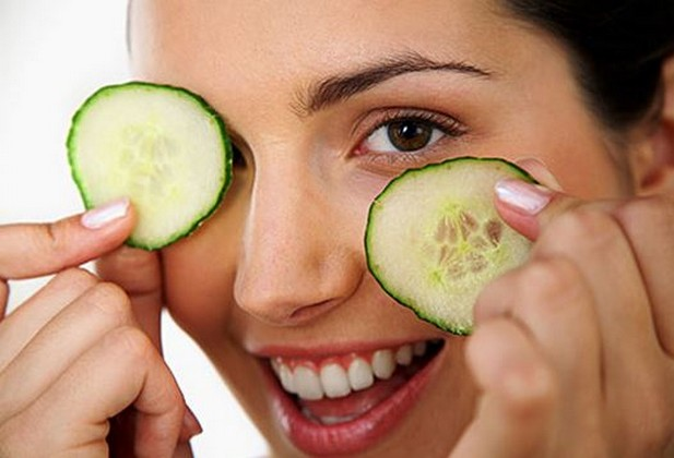 Cucumbers-treat-darkness-below-eyes.jpg
