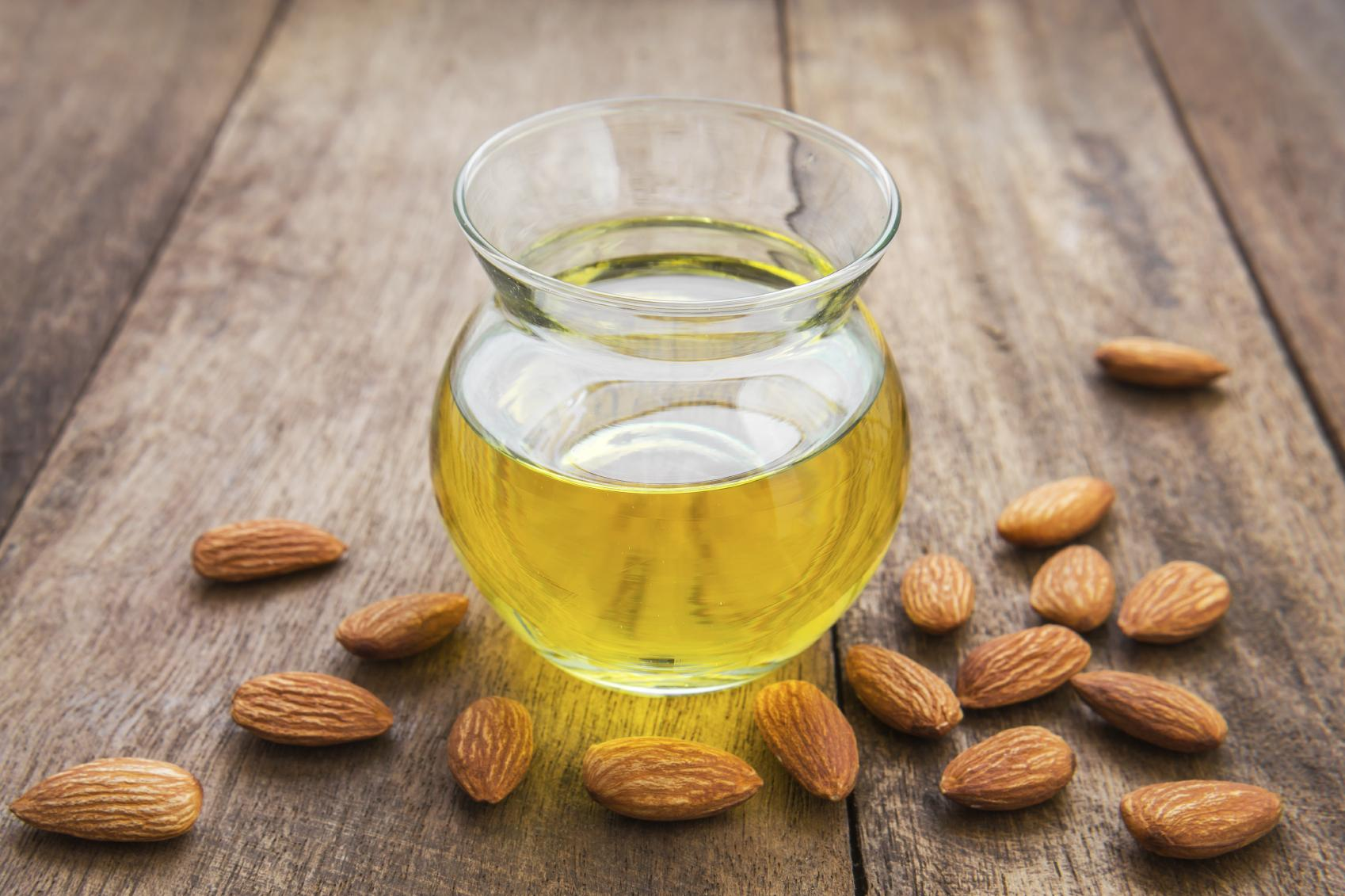 img_how_to_use_sweet_almond_oil_on_your_hair_1693_orig.jpg