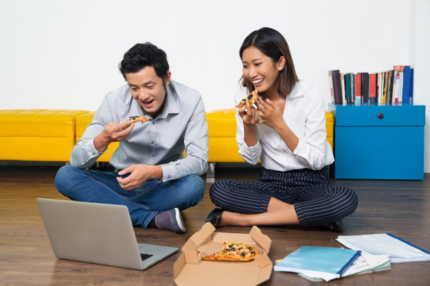 happy-asian-couple-eating-pizza-looking-at-laptop_1262-959.jpg