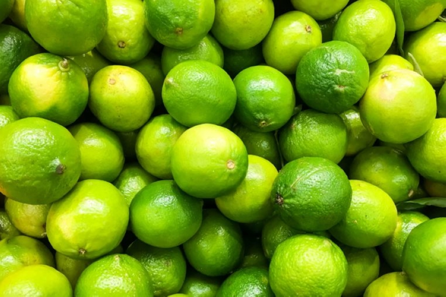 03-lime-Things-You-Must-Never-Ever-Do-to-Your-Skin-According-to-Dermatologists_544921180-Radu-Bercan-760x506.jpg