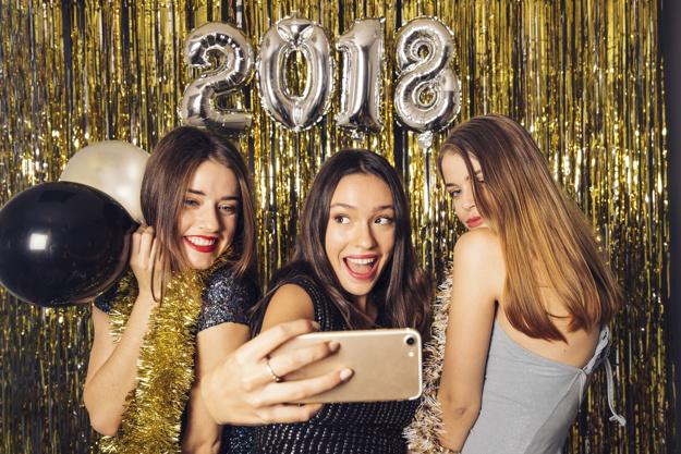 chicas-haciendo-un-selfie-en-noche-de-ano-nuevo_23-2147709237.jpg