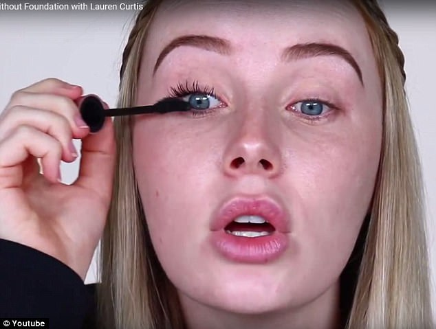 44B958EF00000578-4920204-She_always_wears_mascara_as_because_she_has_blonde_lashes_she_be-a-24_1506466848945.jpg