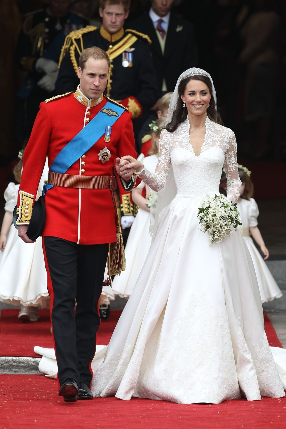1476796092-kate-middleton-wedding-dress-2_1.jpg