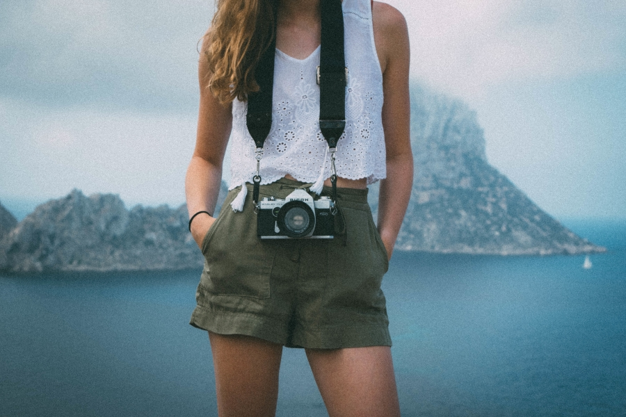 beautiful-girl-with-camera.jpg