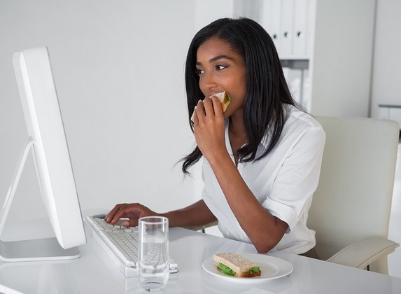 woman-eating-at-desk.jpg
