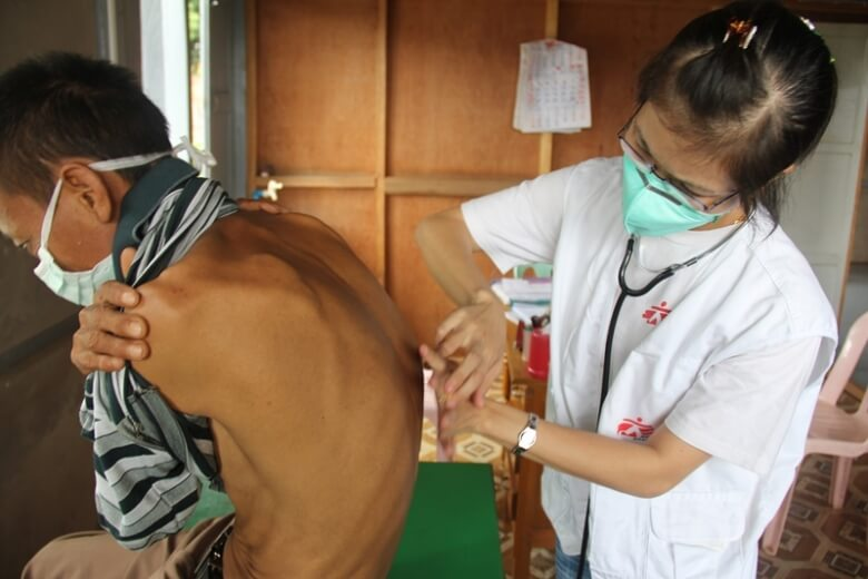 4-_a_drug-resistant_tb_patient_receives_treatment_at_msfs_clinic_in_lashio_shan_state_myanmar.2013._c_eddy_mccall_msf.jpg