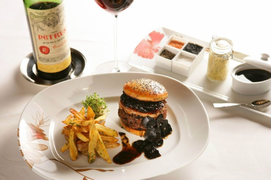 1-The-FleurBurger-Price-5.000-Enjoy-One-of-the-Most-Expensive-Burgers-in-the-World-via-thesquander.com_.jpg