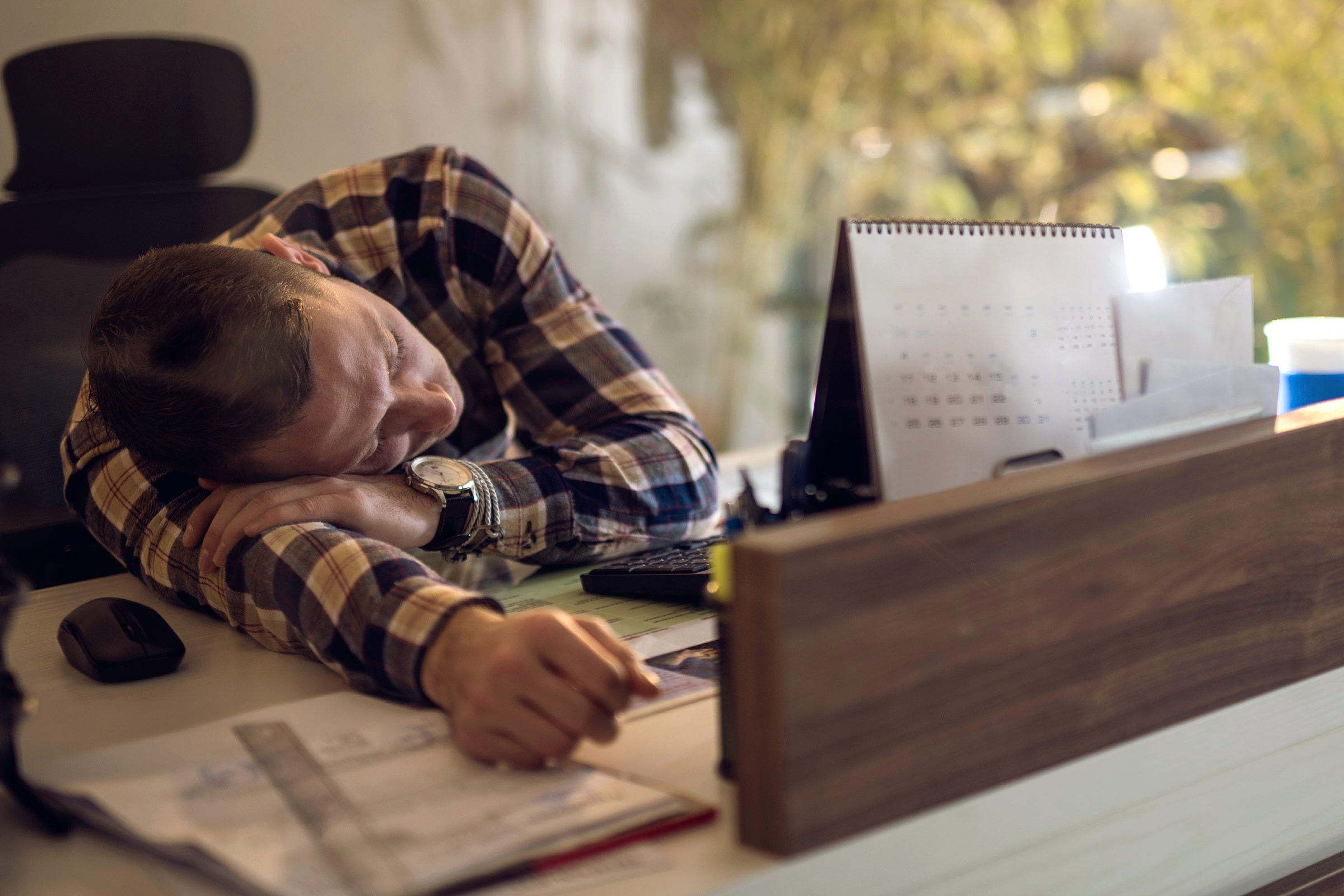 08-tricks-taking-nap-man-work-desk.jpg