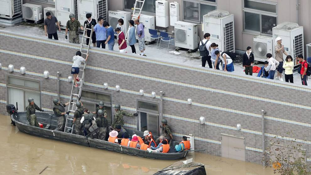 local-resident-are-rescued-from-a-flooded-area-at-a-hospital-in-kurashiki-12.jpg