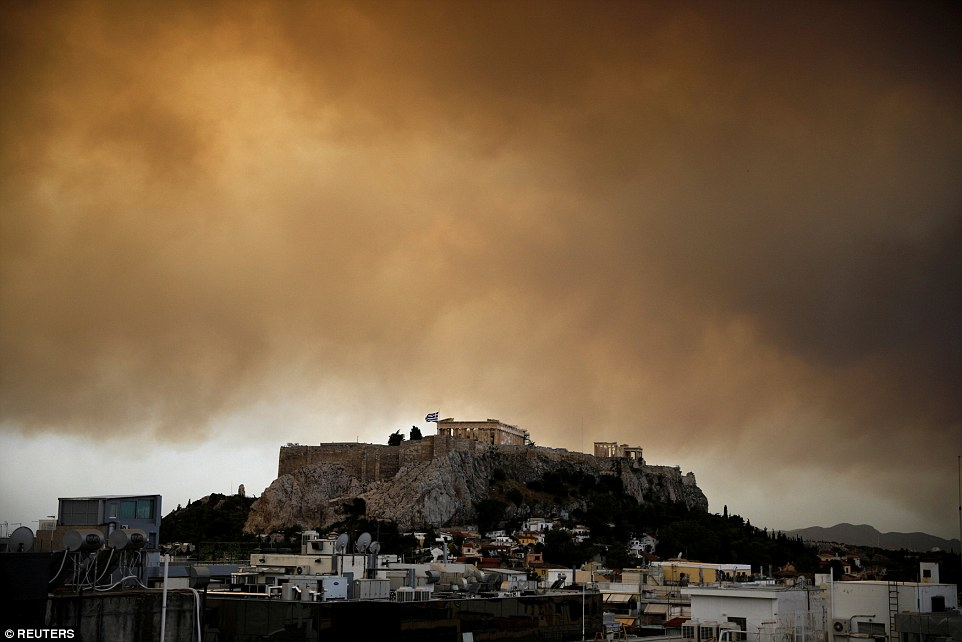 4E84186C00000578-5984481-Smoke_from_a_wildfire_burning_outside_Athens_is_seen_over_the_Pa-a-46_1532392602922.jpg