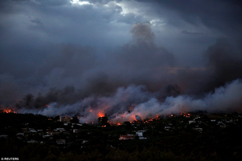4E85CD5E00000578-5984481-A_wildfire_rages_in_the_town_of_Rafina_near_Athens_The_governmen-a-41_1532392602487.jpg