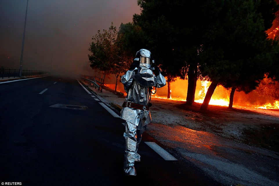 4E856B5000000578-5984481-A_firefighter_wears_a_flame_resistant_uniform_as_wildfire_burns_-a-54_1532392603175.jpg