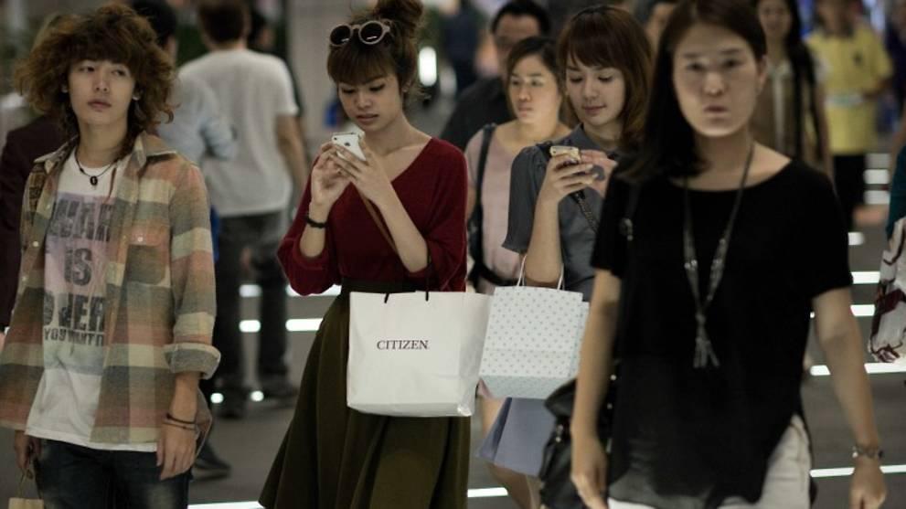 women-on-smartphones-bangkok.jpg